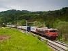 A SŽ 363 024 pályaszámú,  Brigitte  becenevű Alstom villanymozdony Celje és Laško között egy Maersk konténervonattal