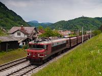 A SŽ 363 027 pályaszámú,  Brigitte  becenevű Alstom villanymozdony Laško és Celje között egy önürítős kocsikból álló vonattal a Savinja völgyében