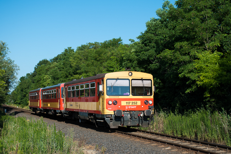 The MÁV-START 117 252 seen between Balatonfőkajár felső and Füle photo