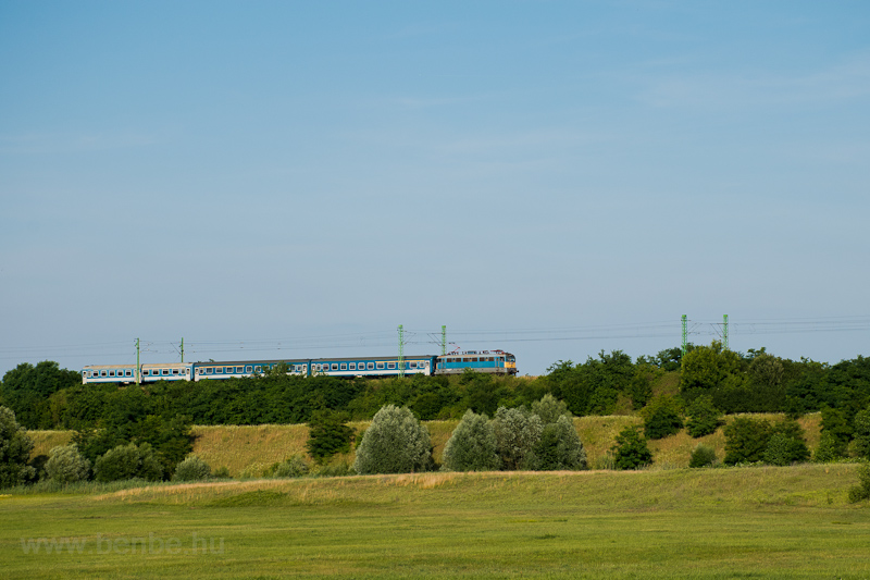 The MÁV-START 431 176 seen between Baracska and Pettend photo
