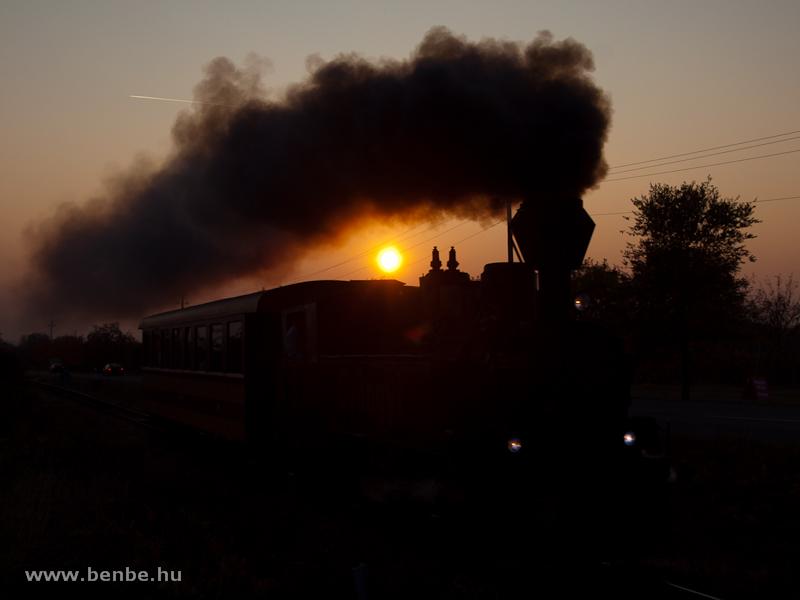 A Mátravasút 490 2005 pályaszámú, Gyöngyi nevű gőzmozdonya Farkasmály-Borpincék és Pipishegy között napnyugtakor fotó