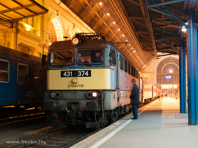 A MÁV-TR 431 374 (ex V43 1374) pályaszámú villanymozdonya Budapest-Keleti pályaudvaron fotó