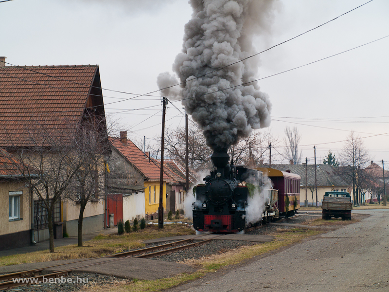 Steaming through Gy�ngy�ssolymos photo