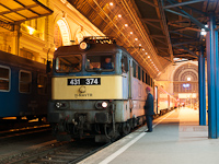 A MÁV-TR 431 374 (ex V43 1374) pályaszámú villanymozdonya Budapest-Keleti pályaudvaron