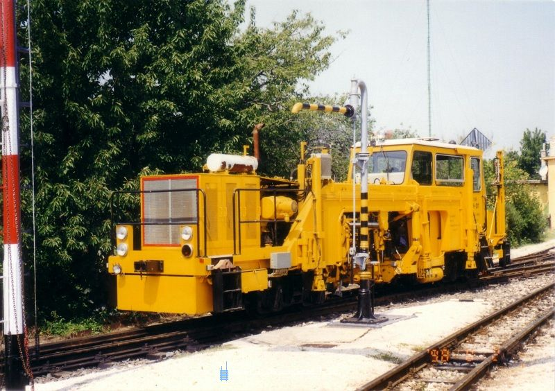 The KV-01 narrow gauge tampering machine at Széchenyi-hegy photo