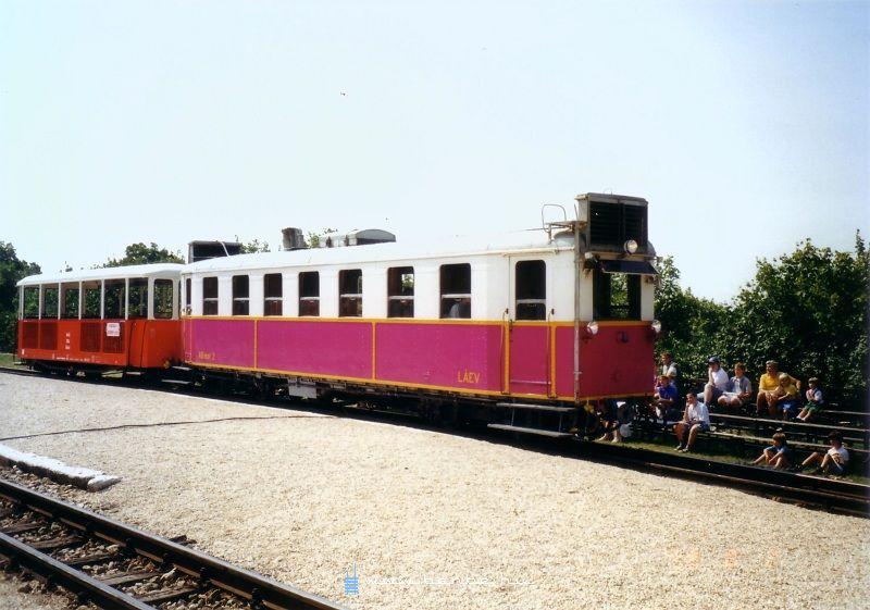 A LÁEV régi motorkocsija, az ABmot 2 pályaszámú jármû lila színben a Széchenyi-hegyi jármûparádén fotó