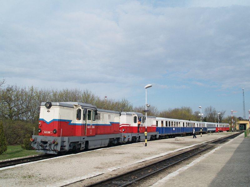 Az Mk45 2006 és Mk45 2001 Széchenyi-hegy állomáson a Kisvasúti Napi különvonattal fotó