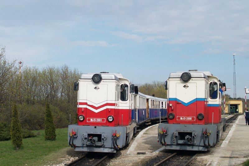 Az Mk45 2001 és Mk45 2006 Széchenyi-hegy állomáson a Kisvasúti Napi különvonattal fotó