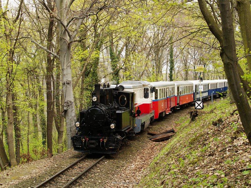 A kisvasúti napi különvonat az Mk45 2001 vonógéppel és a 490,039 előfogattal Hárs-hegy és Hűvösvölgy között a felső pályán fotó