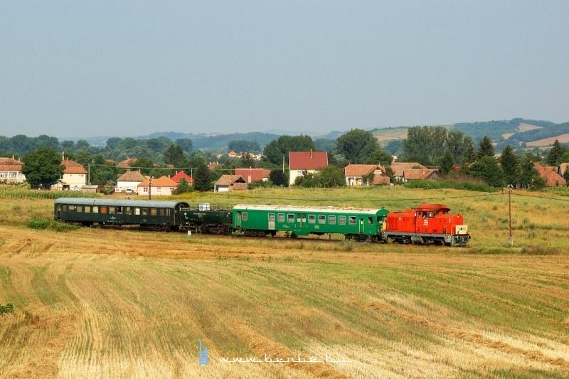 M47 2032 Hugyag és Szécsény között, Hugyag határában a gyomírtóvonattal fotó