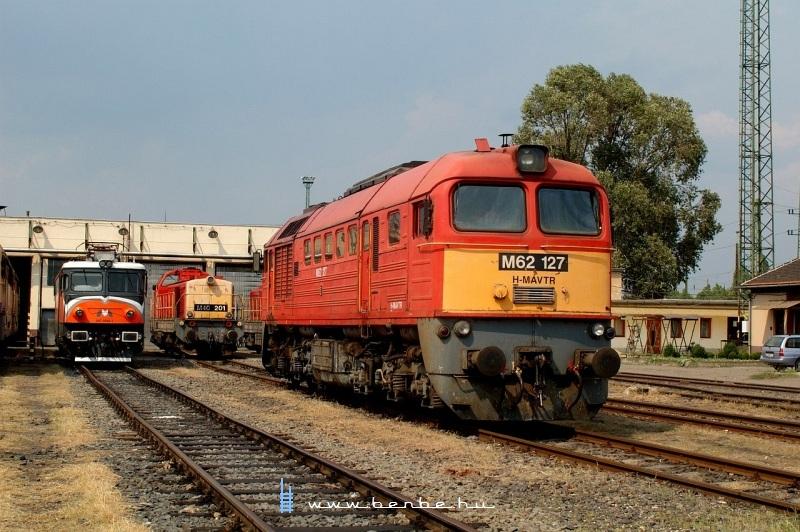 M62 127, M40 201 és az MMV 047 0040-1 pályaszámú Csaurusza a hatvani fűtőházban fotó