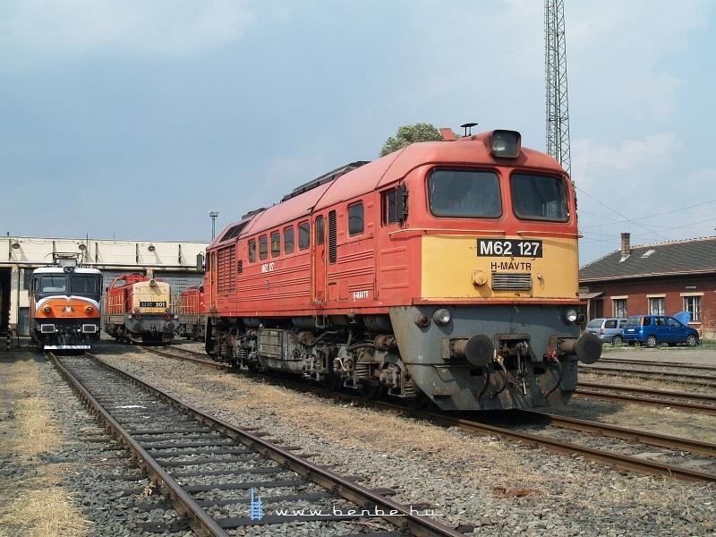 M62 127, az MMV 047 0040-1 és az M40 201 a hatvani fűtőházban fotó
