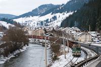 Az UT 40 0727 pályaszámú ASEA-licensz mozdonya tolat Iacobeni állomáson a tehervonatával