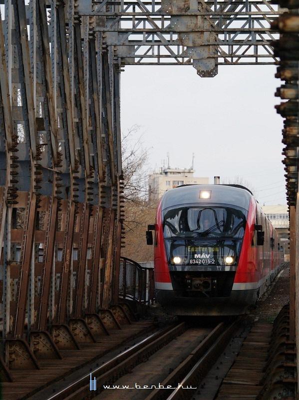 6342 015-2 jár föl az Újpesti vasúti hídra fotó