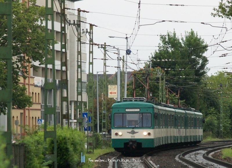 Az 1111-es MX/A HÉV motorkocsi a Szépvölgyi útnál fotó
