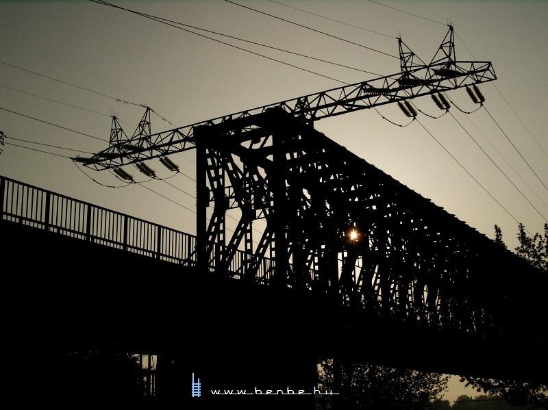 A jellegzetes távvezeték-tartó a régi hídon fotó