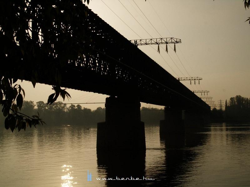 A jellegzetes távvezeték-tartók a régi hídon fotó