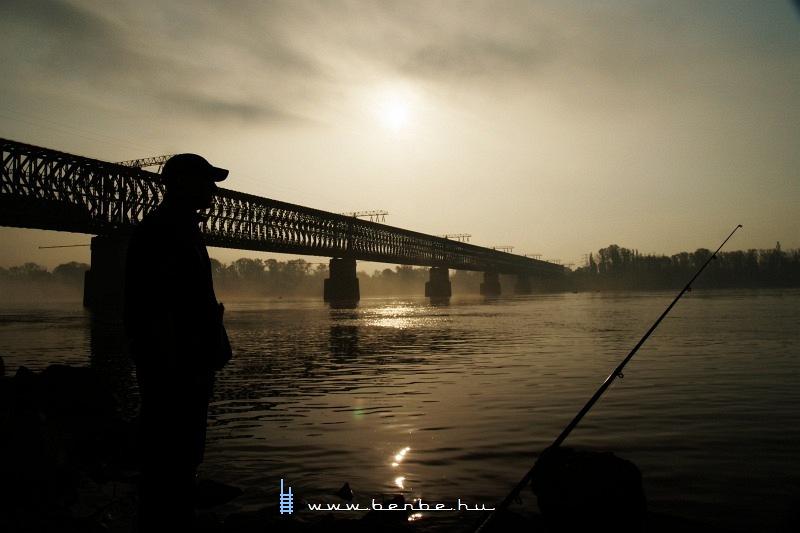 Horgász az Újpesti vasúti híd lábánál fotó