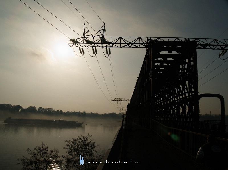 Az Úpesti vasúti híd budai hídfõje és egy hajó fotó