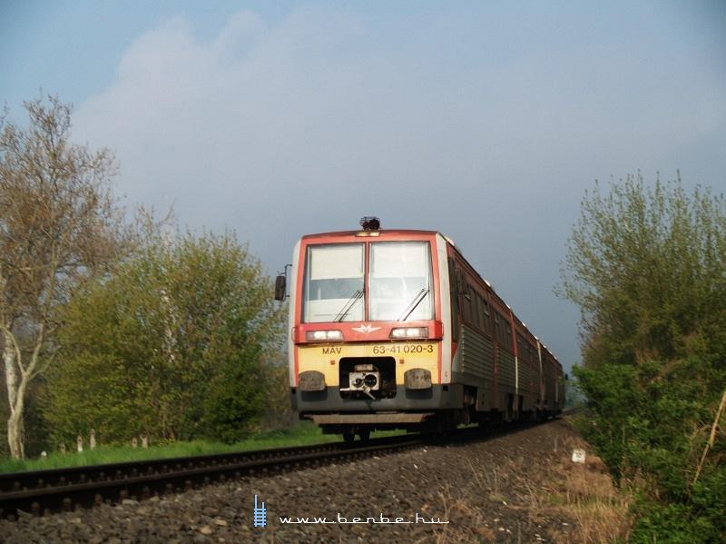 6341 020-3 kapaszkodik a vasúti hídra fotó