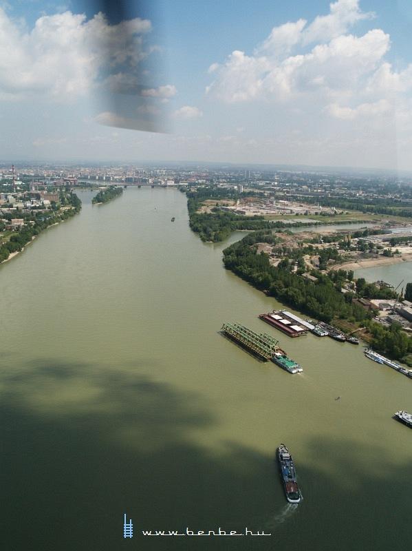 Az Újpesti vasúti híd új szerkezetének darabjai a Dunán hajókázva fotó