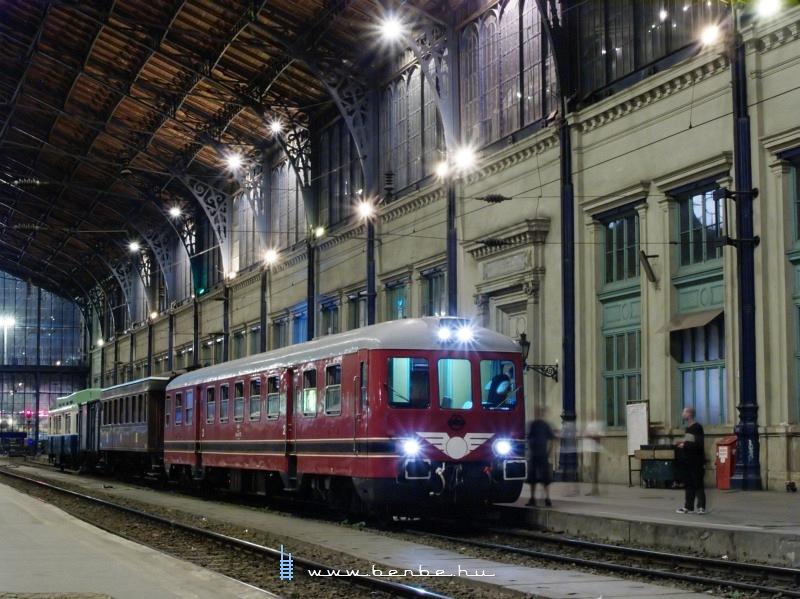 A Rába-Balaton motorkocsi a Nyugati pályaudvaron fotó