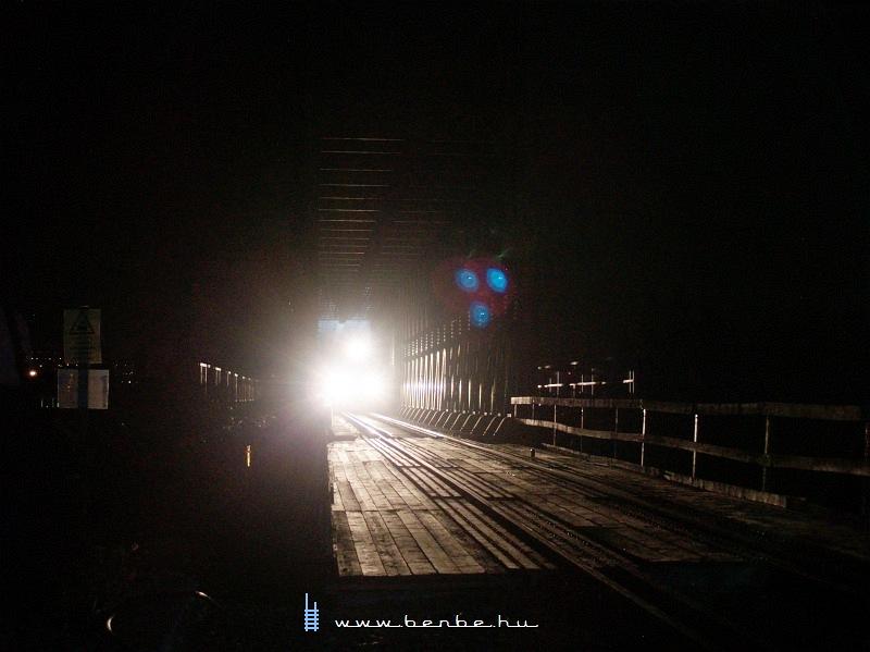 A Rába-Balaton motorkocsi és a kísérteties fényekbe burkolódzó Újpesti vasúti híd fotó