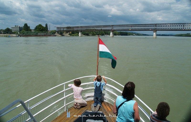A régi Újpesti vasúti híd a kishajóból nézve fotó
