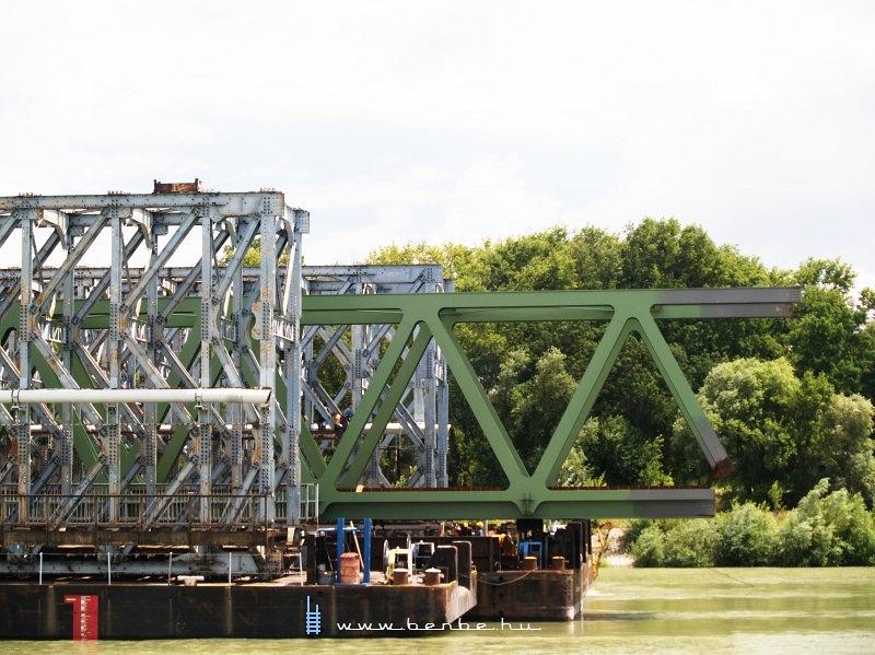 Az új híd elõre mázolva érkezett, csak a jövendõ hegesztési felületeknél hagyták fémtisztára fotó