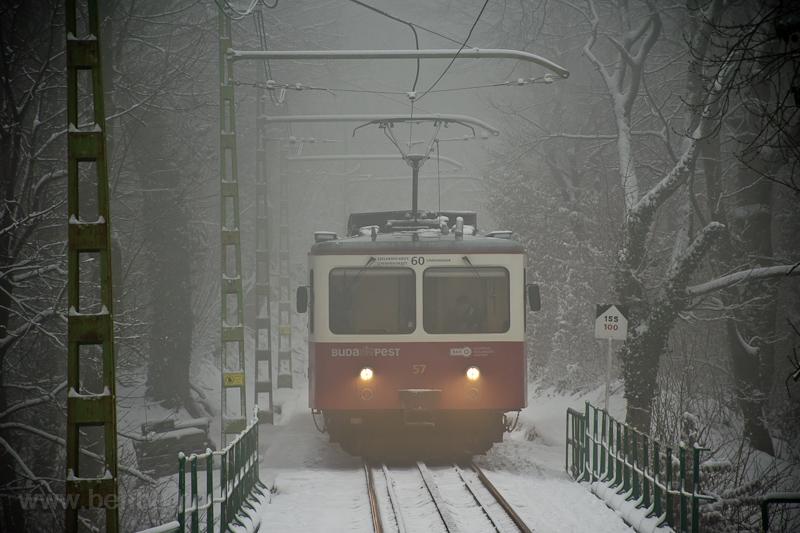 A Fogaskerekű Vasút (60-as villamos) SGP 57 motorkocsi Széchenyi-hegy és Müvész út között a viadukton fotó