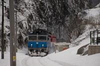 A HŽ 1 141 207 Fužine és Vrata között előfogatol egy tehervonatot