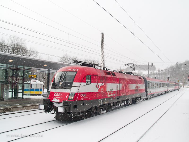 Az osztrák színeket viselő Foci-EB Taurus, a 1116 005-8 egy InterCity vonattal halad át Bécs felé menet Payerbach-Reichenau állomáson fotó