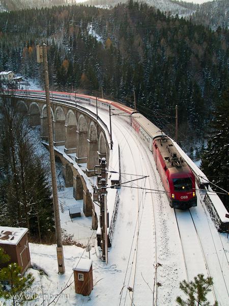 Az ÖBB 1116 261-5 pályaszámú Taurus egy Villach-Bécs ÖBB-EuroCityvel a Kalte Rinne-Viadukton fotó