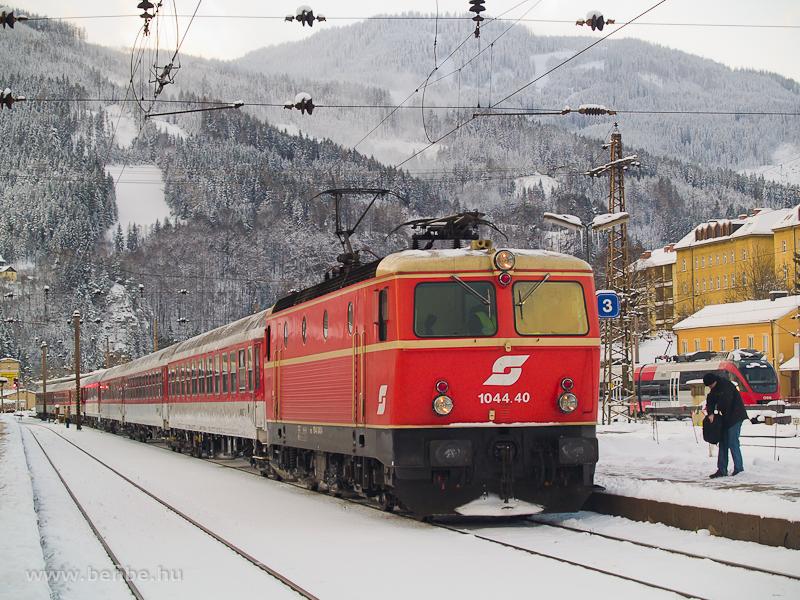 A 1044.40 Blutorange (vérnarancs) festésű mozdony egy különvonattal Mürzzuschlagban fotó