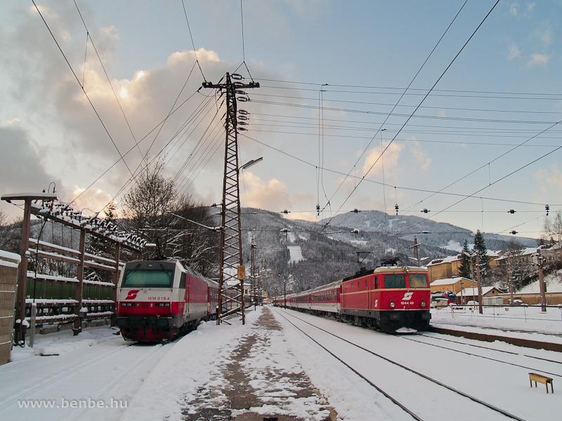 A 1044.40 Blutorange (vérnarancs) festésű mozdony egy különvonattal és a 1014 018-4 Mürzzuschlagban fotó