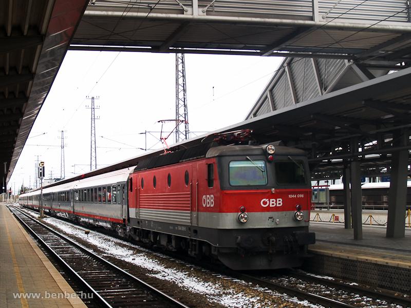 Az ÖBB 1044 096 egy Südbahn-EuroCity vonattal tart Villachba. A kép Bécsújhelyen készült. fotó