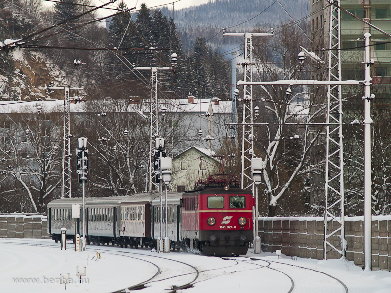 The ÖBB 1141 024-8 is arriving at Mürzzuschlag with the Erlebniszug Zauberberge special train photo