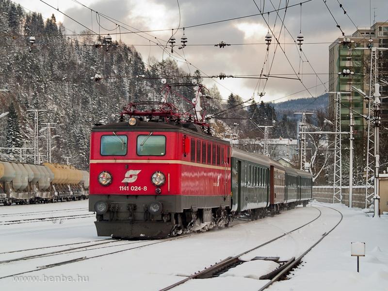Az ÖBB 1141 024-8 az Erlebniszug Zauberberge élményvonattal érkezik Mürzzuschlagba fotó