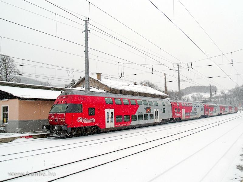 Az ÖBB 88-33 108-0 pályaszámú  Wiesel  vezérlőkocsija Payerbach-Reichenau állomáson fotó