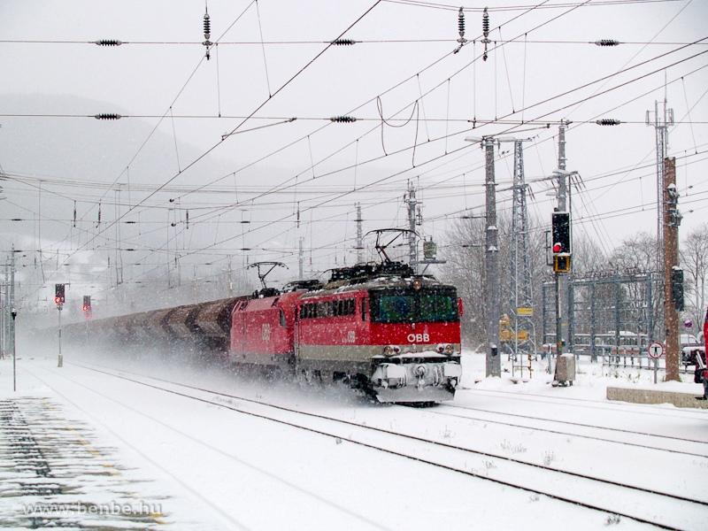 Egy ismeretlen ÖBB 1142 sorozatú villanymozdony egy nehéz tehervonat Taurusát előfogatolja amint keresztülhalad Payerbach-Reichenau állomáson fotó