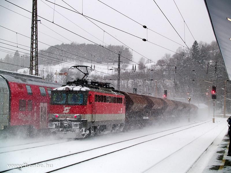 Az ÖBB 1142 626-9 pályaszámú villanymozdonya tol föl egy nehéz tehervonatot a Semmeringre Payerbach-Reichenauban fotó