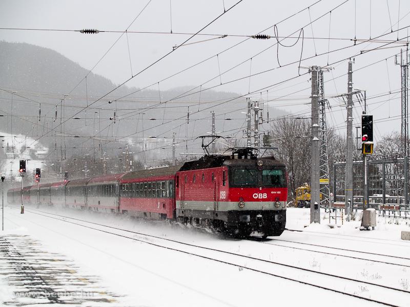 Az ÖBB 1044 122 egy Südbahn-gyorsvonattal vágtat át a behavazott Payerbach-Reichenau állomáson fotó