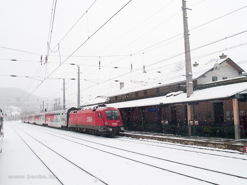 Az ÖBB 1116 219-5 pályaszámú villanymozdonya Bécs felé tolja emeletes ingavonatát A képen Payerbach-Reichenauból indul fotó