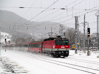 The ÖBB 1044 122 is passing Payerbach-Reichenau station with a Südbahn fast train in heavy snowfall