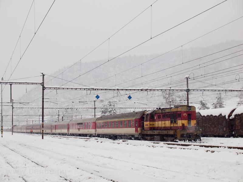 A ŽSSKC 742 398-1 pályaszámú gépe kitolózik Margitfalva állomáson (Margecany, Szlovákia) fotó