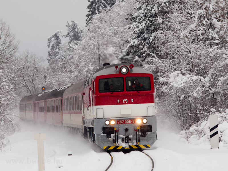 A ŽSSK 757 008-8 húzza a Horehronec gyorsvonatot Gölnicbánya és Máriahuta-Zakárfalva között fotó