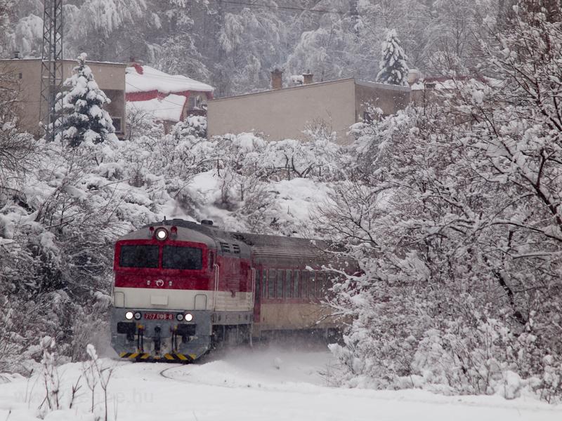 A ŽSSK 757 008-8 Jekelfalva (Jaklovce, Szlovákia) és Zakárfalva (Žakarovce, Szlovákia) között a Horehronec gyorsvonattal fotó