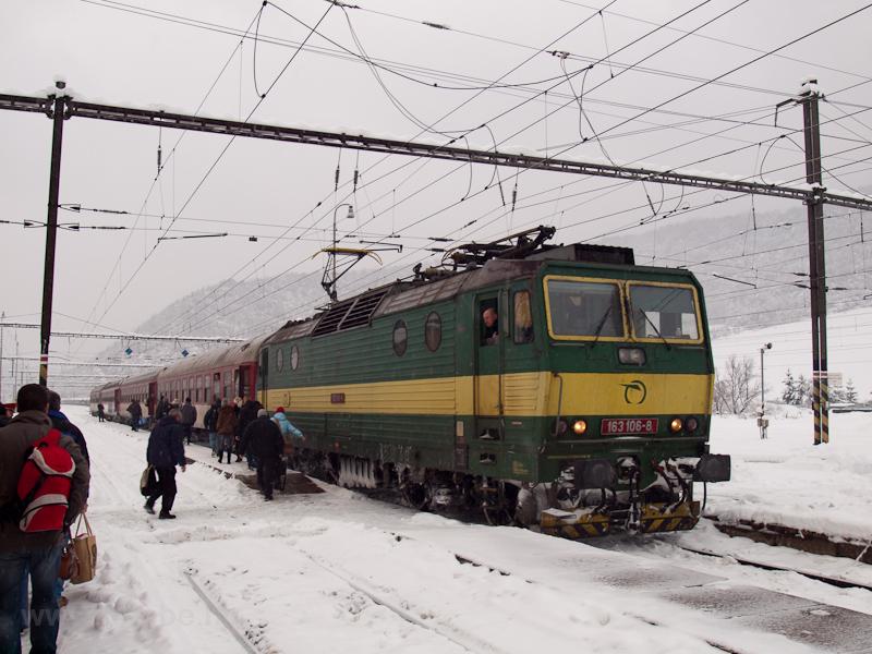 A ŽSSK 163 106-8 Margitfalván egy klasszikus személyvonattal fotó