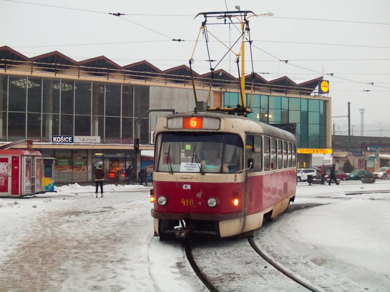 Az eredeti fényezésű, kassai 418-as Tatra T3 villamoskocsi a pályaudvarnál fotó