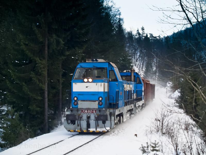 A ŽSSKC 736 017-5 és szinkrontársa egy rövid tehervonattal Harmanec Jaskyňa és Čremošné között fotó